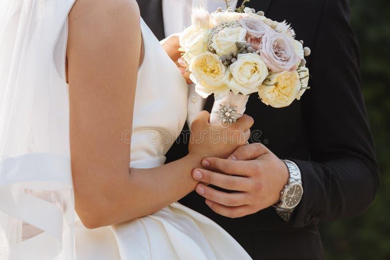 Paare der liebevollen Jungvermählten stockfotos