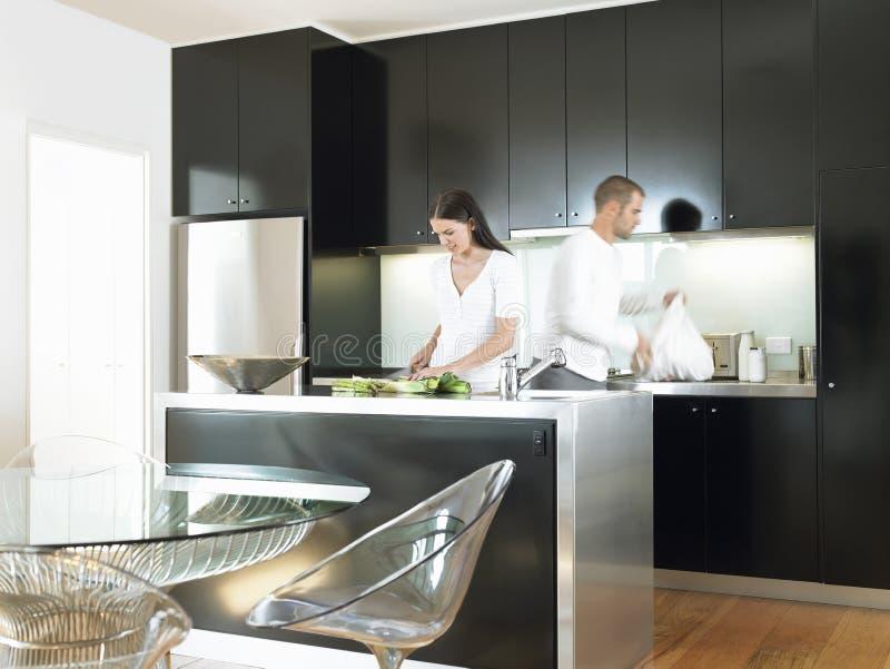 Paare in der modernen Küche lizenzfreies stockfoto