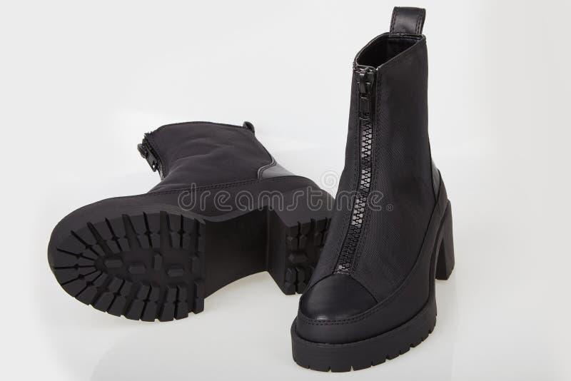 Paare der schwarzen weiblichen Stiefel mit Reißverschluss auf Weiß lizenzfreie stockfotos