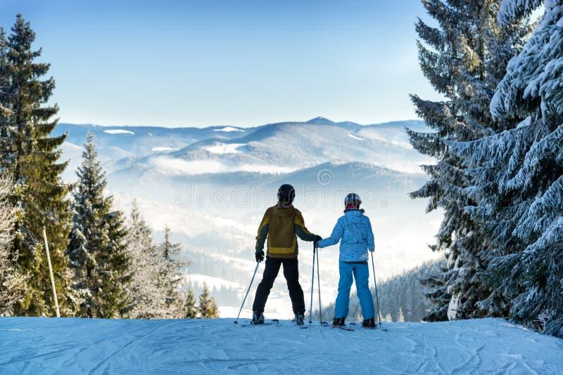Paare der Skifahrer lizenzfreie stockbilder