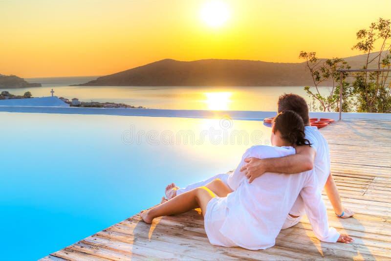 Paare in der Umarmung, die zusammen Sonnenaufgang aufpasst stockbild