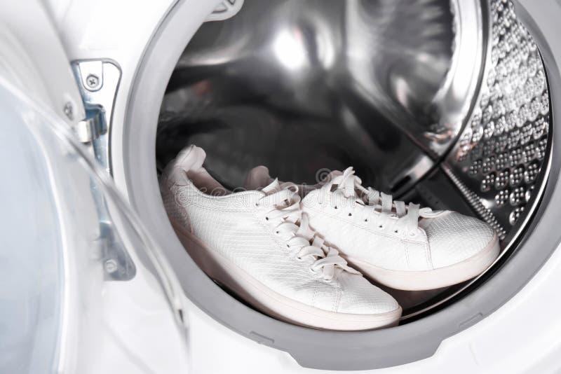 Paare der weißen Turnschuhe in der Waschmaschine, lizenzfreie stockfotografie
