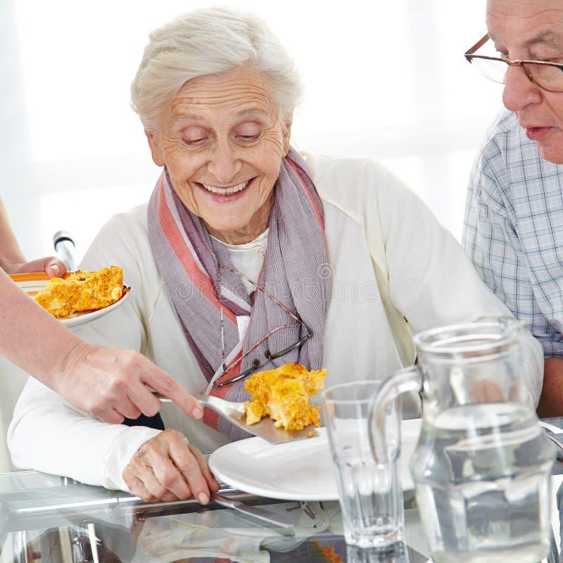Paare des älteren Bürgers, die das Mittagessen essen stockfotografie