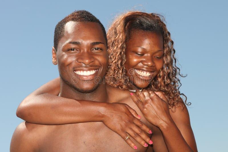 Paare des Afroamerikaner-Sinkflug-Lächelns im Freien stockbilder