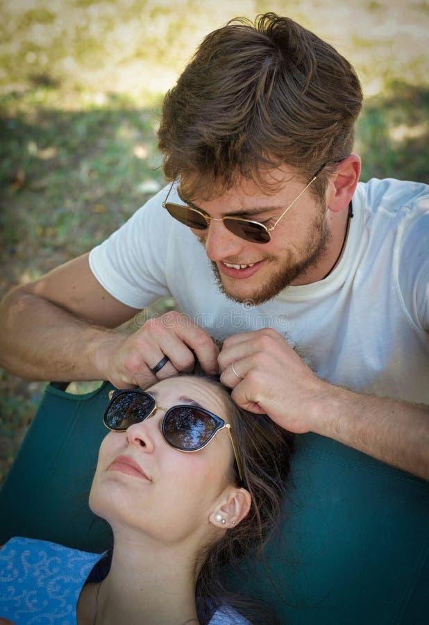 Paare des jungen Erwachsenen mit Modesonnenbrille stockbilder