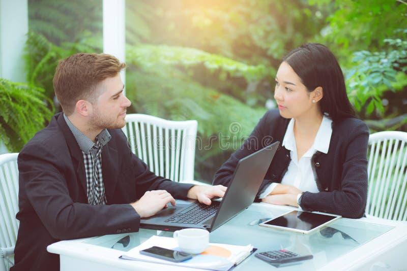 Paare des jungen Geschäfts arbeitend im modernen Büro lizenzfreies stockfoto
