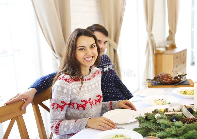Paare des jungen hübschen kaukasischen Mannes und der Frau, die auf einem ta sitzt stockfoto