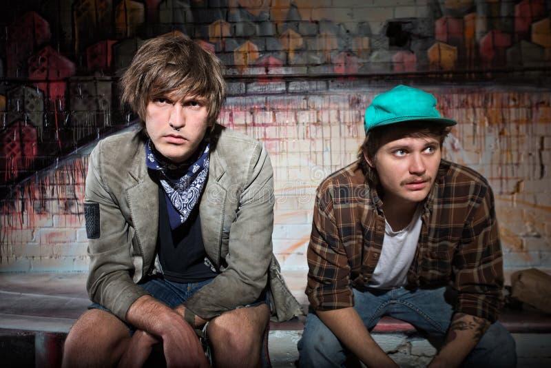 Paare des obdachlosen Teenagers lizenzfreie stockfotos