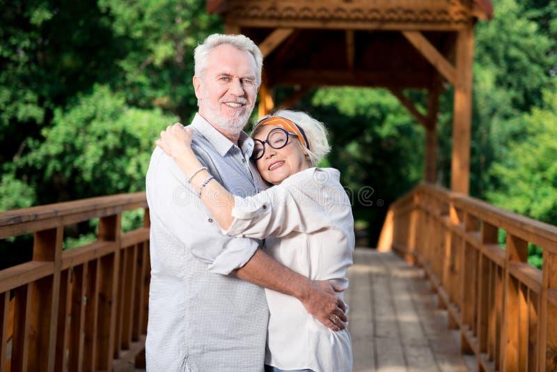 Paare des Strahlens der älteren Frau und des Ehemanns, die Jahrestag feiert lizenzfreie stockbilder