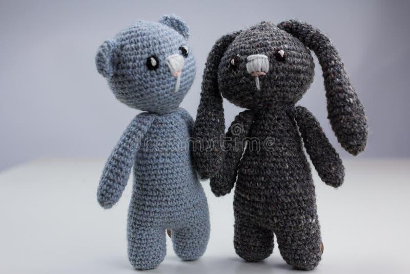 Paare des Wollspielzeugs auf weißem Hintergrund stockfotos
