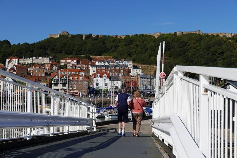 Paare, die über Brücke gehen lizenzfreie stockbilder