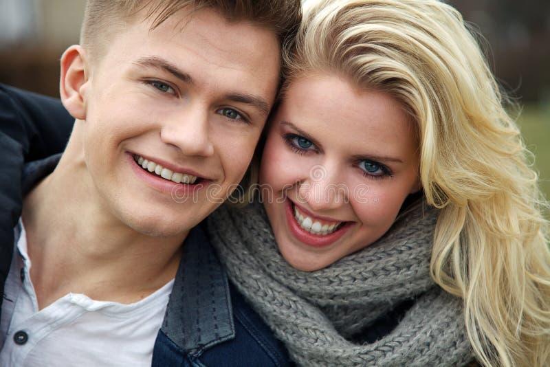 Paare, die über Kamera lachen lizenzfreie stockfotos