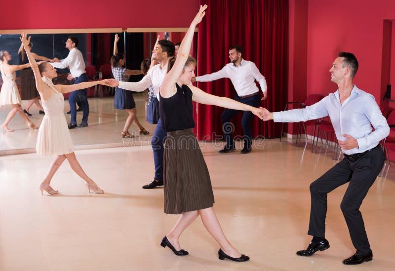 Paare, die aktives Schwingen tanzen stockfoto