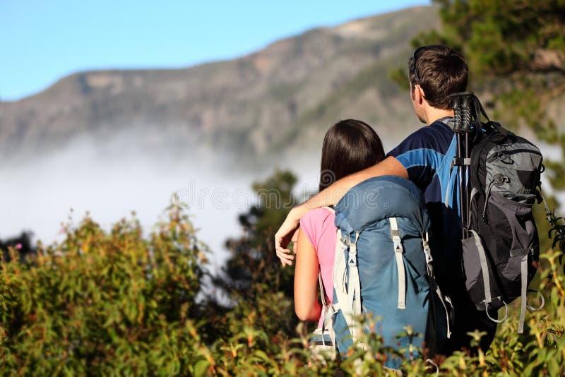 Paare, die Ansicht betrachtend wandern