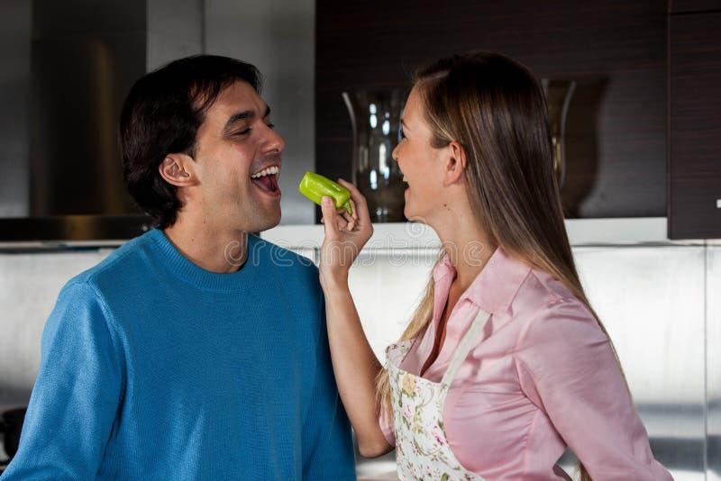 Paare, die Apfel essen stockfotografie