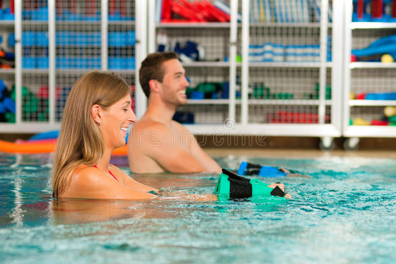 Paare, die Aquarobics ausüben lizenzfreies stockbild