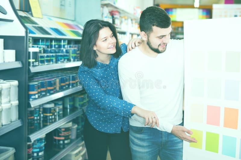 Paare, die auf bestem Farbschema entscheiden lizenzfreie stockbilder