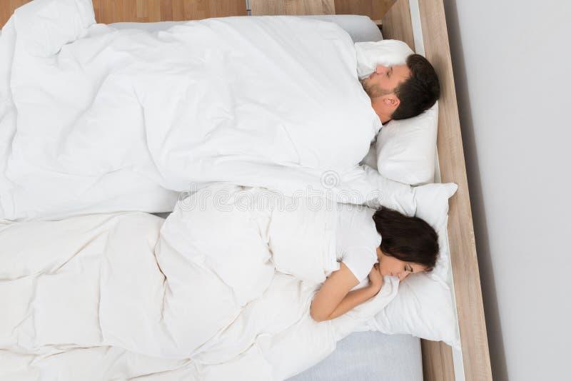 Paare, die auf Bett schlafen stockbild