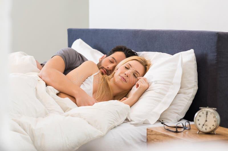 Paare, die auf Bett schlafen lizenzfreie stockfotografie