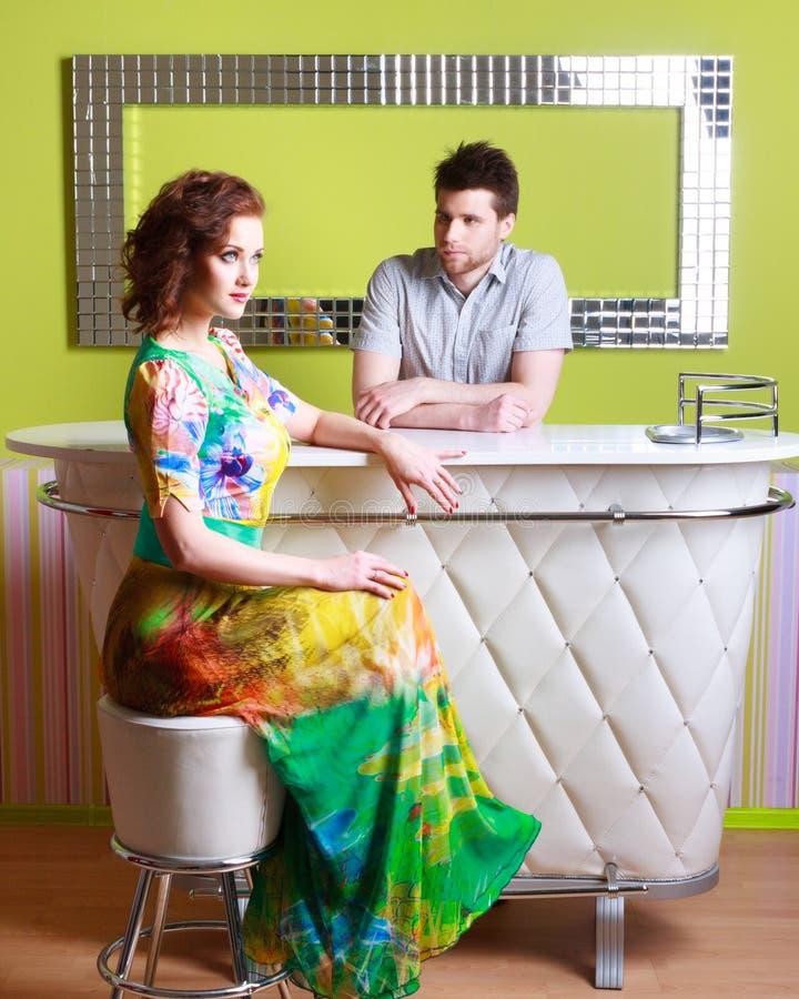 Paare, die auf buntem Hintergrund aufwerfen stockfotos