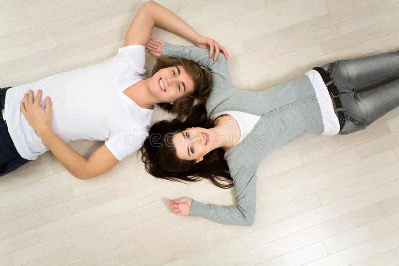 Paare, die auf dem Fußboden liegen stockfotos