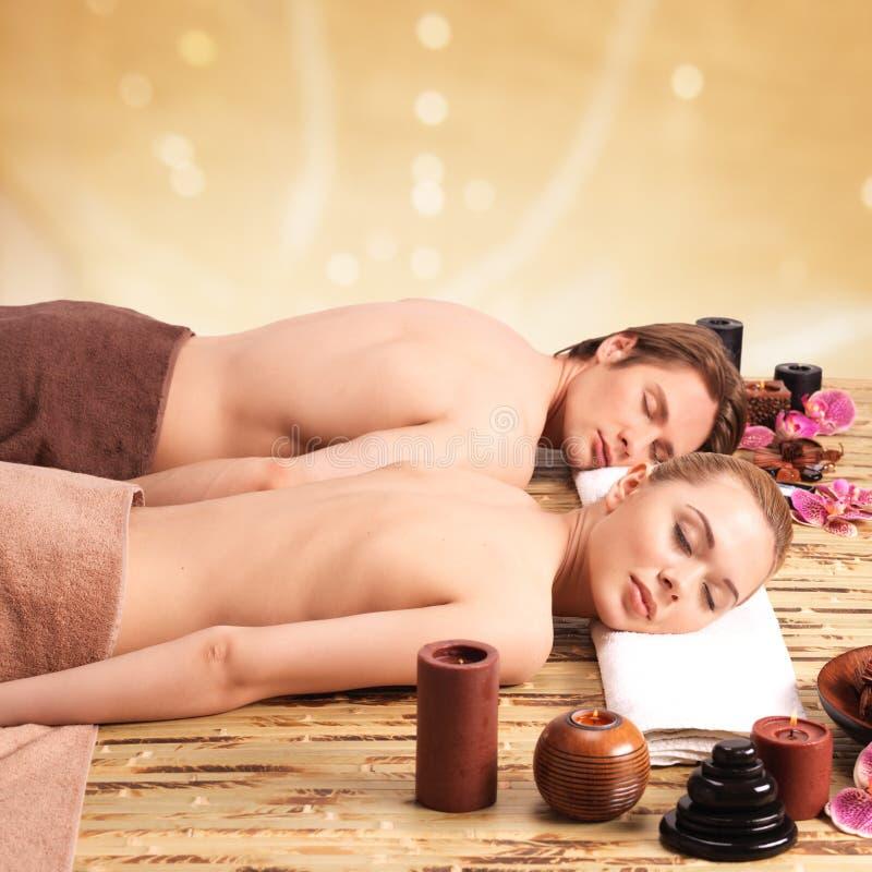 Paare, die auf den Massageschreibtischen liegen lizenzfreies stockbild