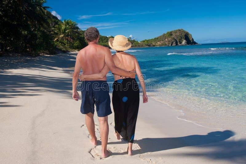 Paare, die auf einen Strand gehen stockfotos