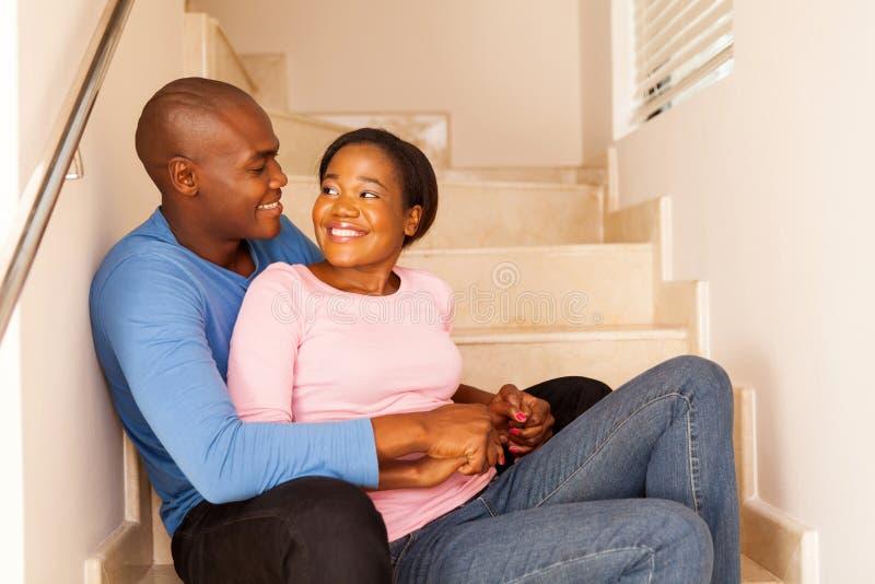 Paare, die auf Jobstepps sitzen stockfotos
