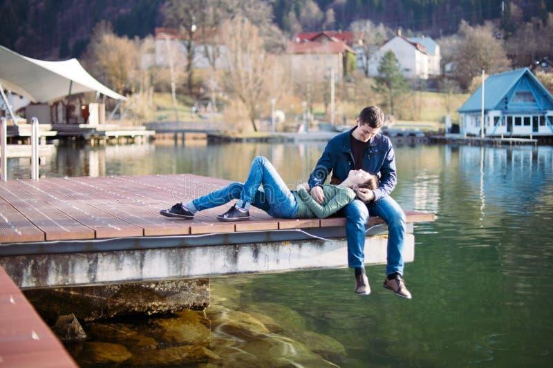 Paare, die auf Liegeplatz stillstehen stockbild