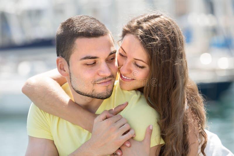 Paare, die auf Liegeplatz stillstehen lizenzfreie stockfotografie