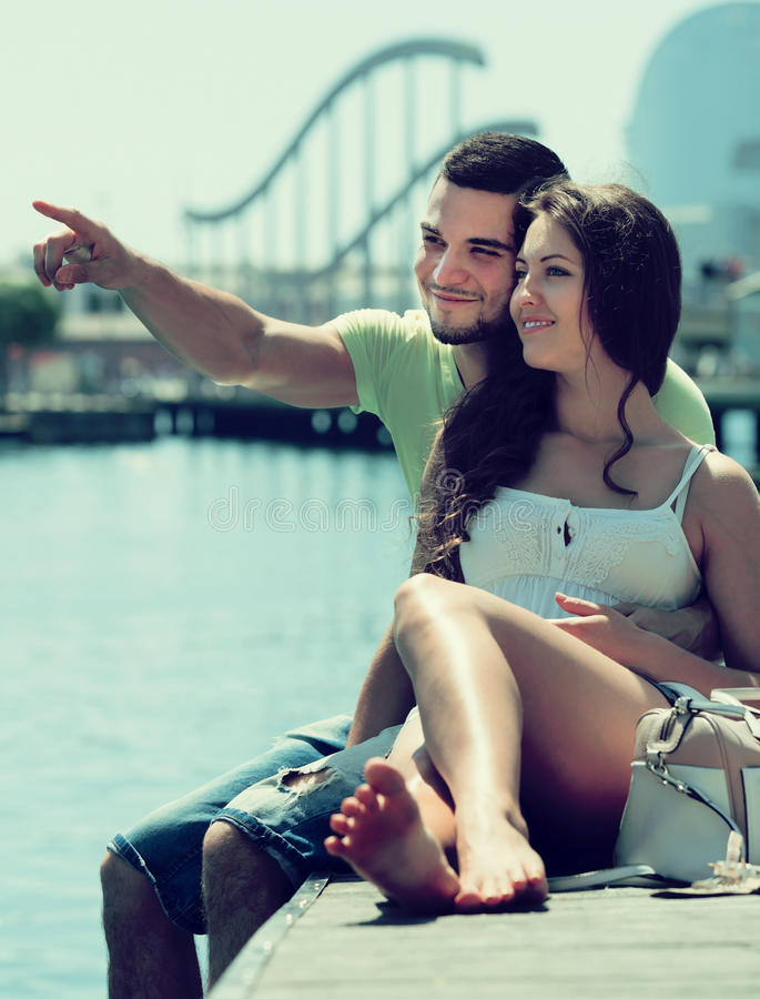 Paare, die auf Liegeplatz stillstehen lizenzfreies stockfoto