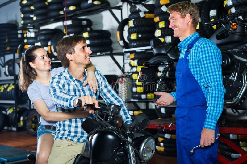 Paare, die auf Motorrad sitzen lizenzfreies stockfoto