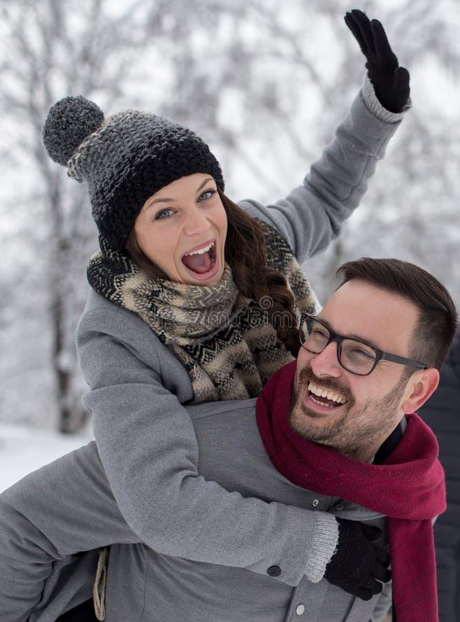 Mann mit einem anderen mädchen beim dating verbunden