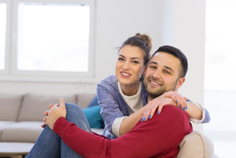 Paare, die auf Sofa umarmen und sich entspannen stockbilder