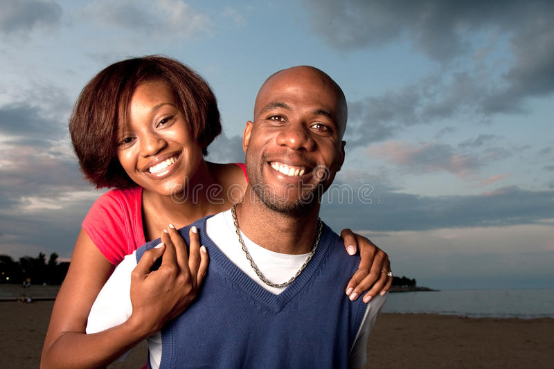 Paare, die auf Strand laufen stockbilder