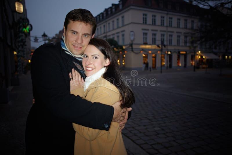 Paare, die auf Weihnachten umfassen lizenzfreie stockfotografie