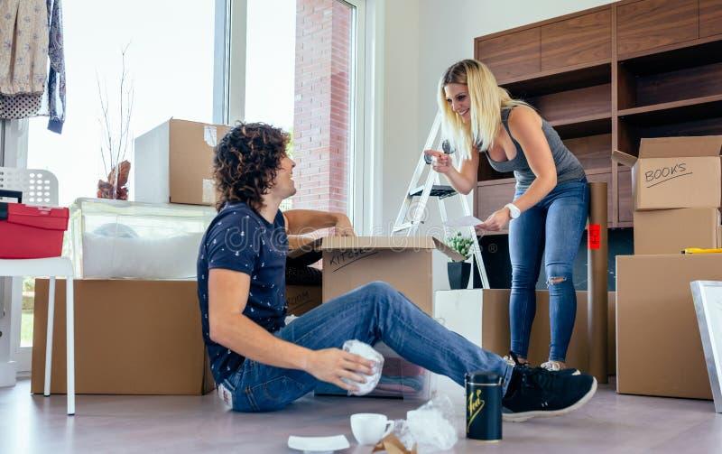 Paare, die bewegliche Kästen auspacken lizenzfreies stockbild