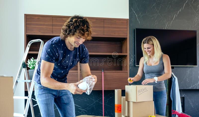 Paare, die bewegliche Kästen auspacken lizenzfreies stockfoto