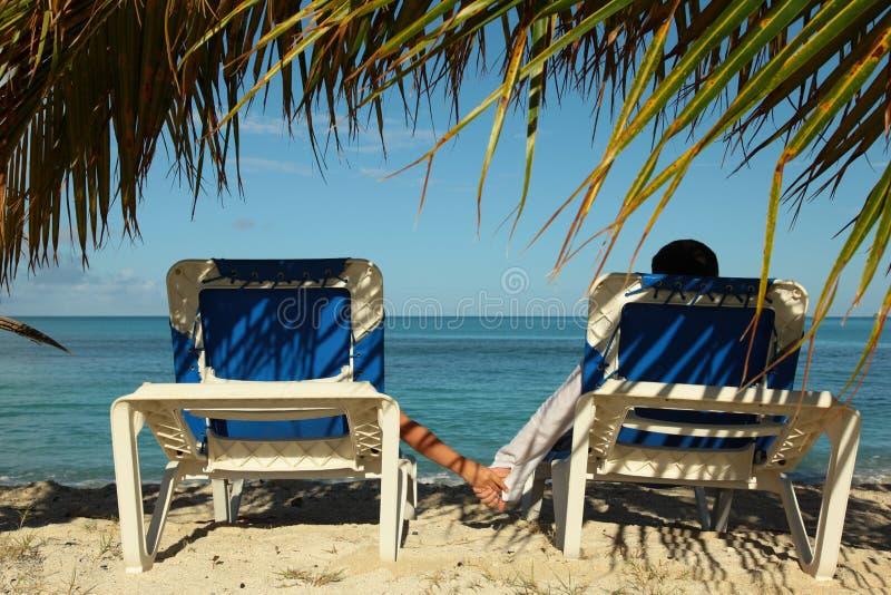 Paare, die blaues Meer genießen stockfoto
