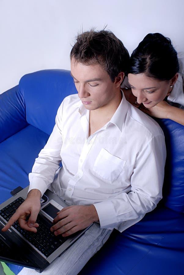 Paare, die das Internet durchstöbern stockfotografie