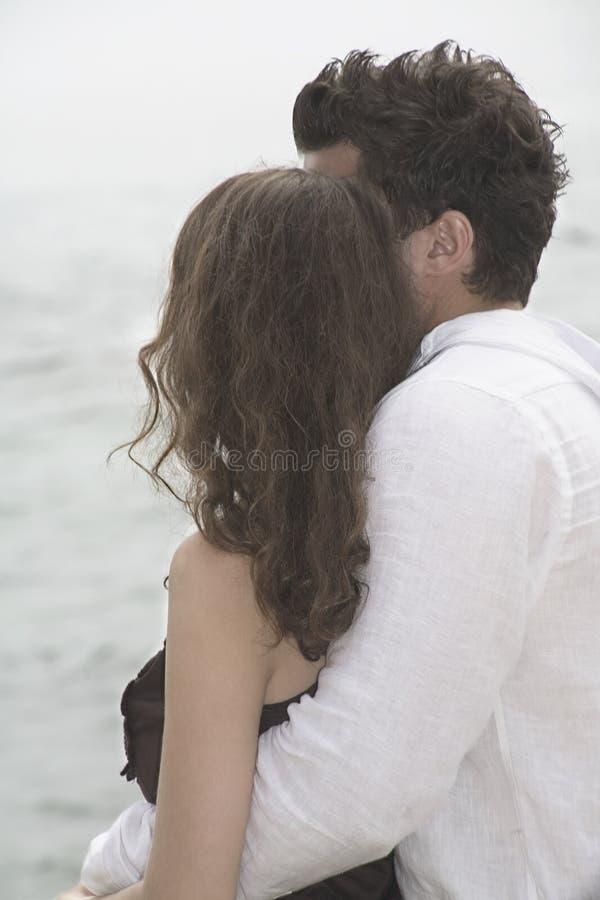 Paare, die das Meer betrachten stockfotos