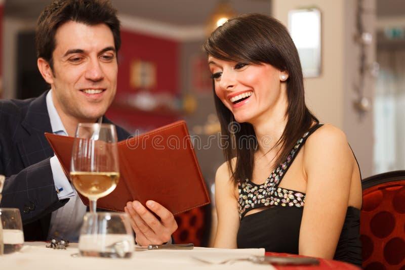 Paare, die das Menü lesen stockbilder