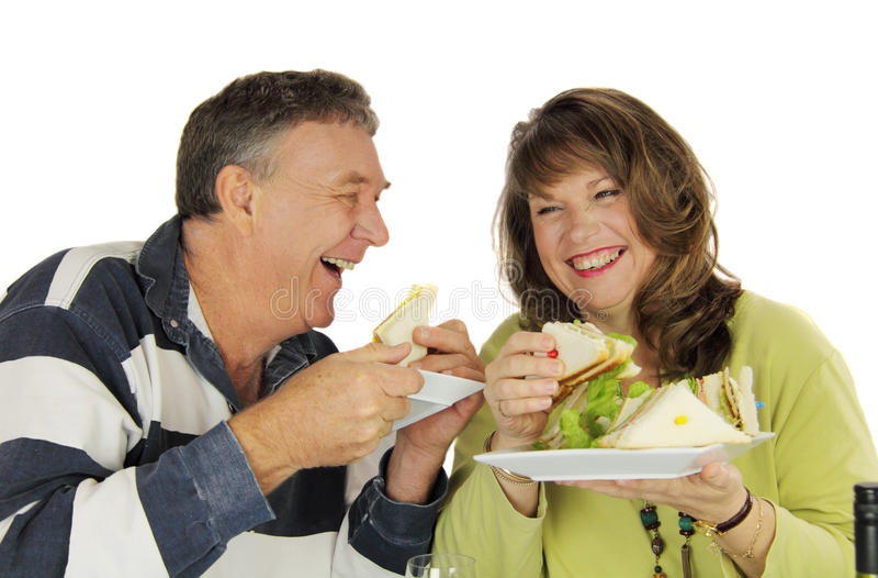 Paare, die das Mittagessen genießen lizenzfreie stockfotografie