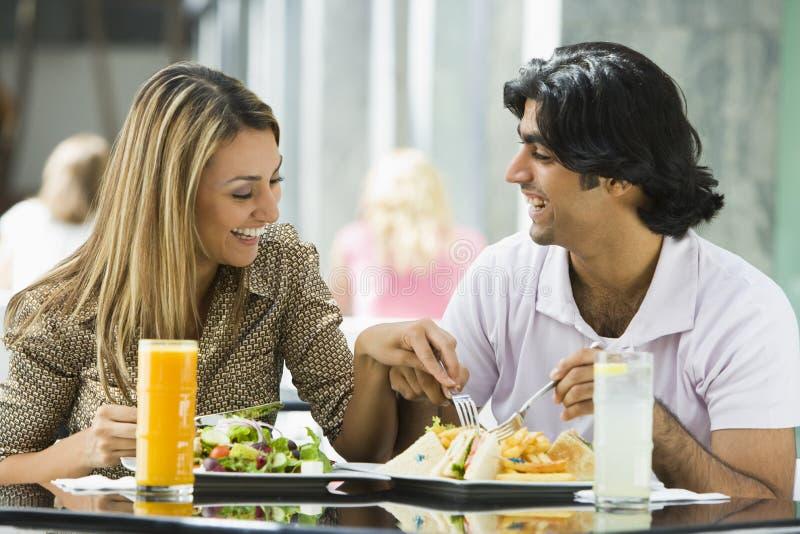 Paare, die das Mittagessen am Kaffee genießen stockbilder