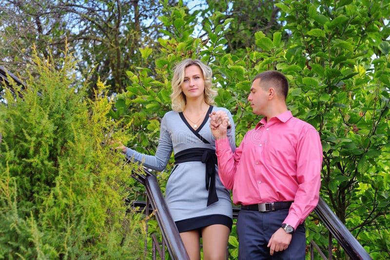 Paare, die in den Park gehen lizenzfreies stockfoto