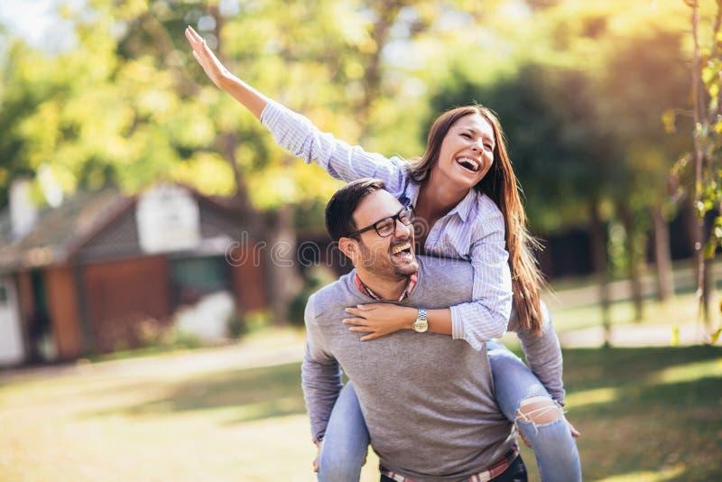 Paare, die den Spa? im Freien haben lizenzfreies stockfoto