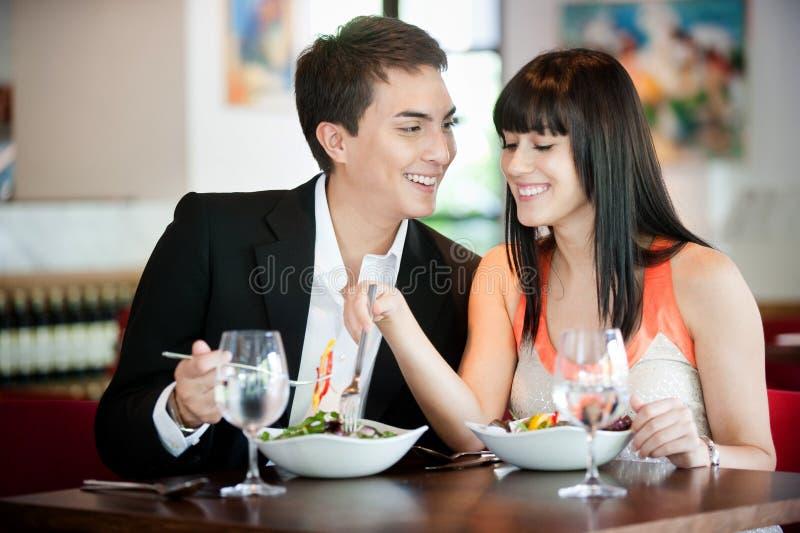 Paare, die in der Gaststätte speisen stockfoto
