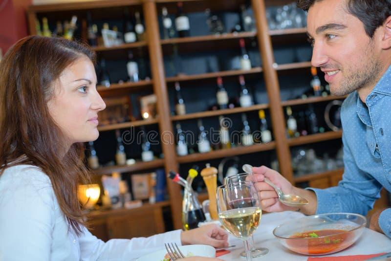 Paare, die in der Gaststätte speisen lizenzfreie stockbilder