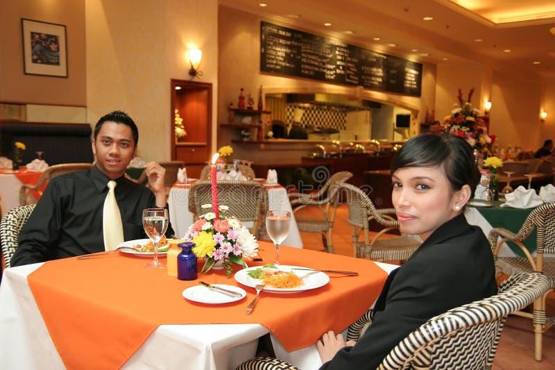 Paare, die in der Gaststätte zu Abend essen stockfotos