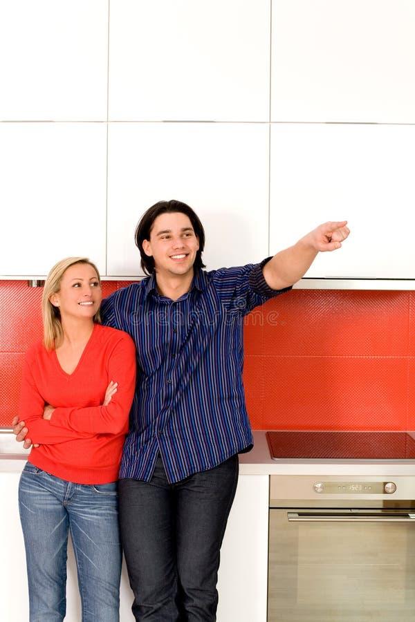 Paare, die in der Küche stehen stockfoto